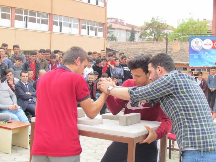 Vezirköprü MTAL'de Bilek Güreşi ve Dart Turnuvası yapıldı