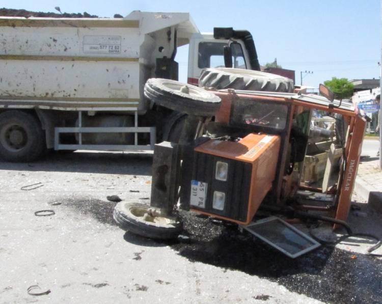 Kamyon Traktöre Çaptı: 3 YaralıVar